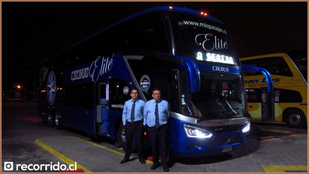 Giordano (asistente) y Antonio (conductor) con el nuevo bus Modasa Zeus 4