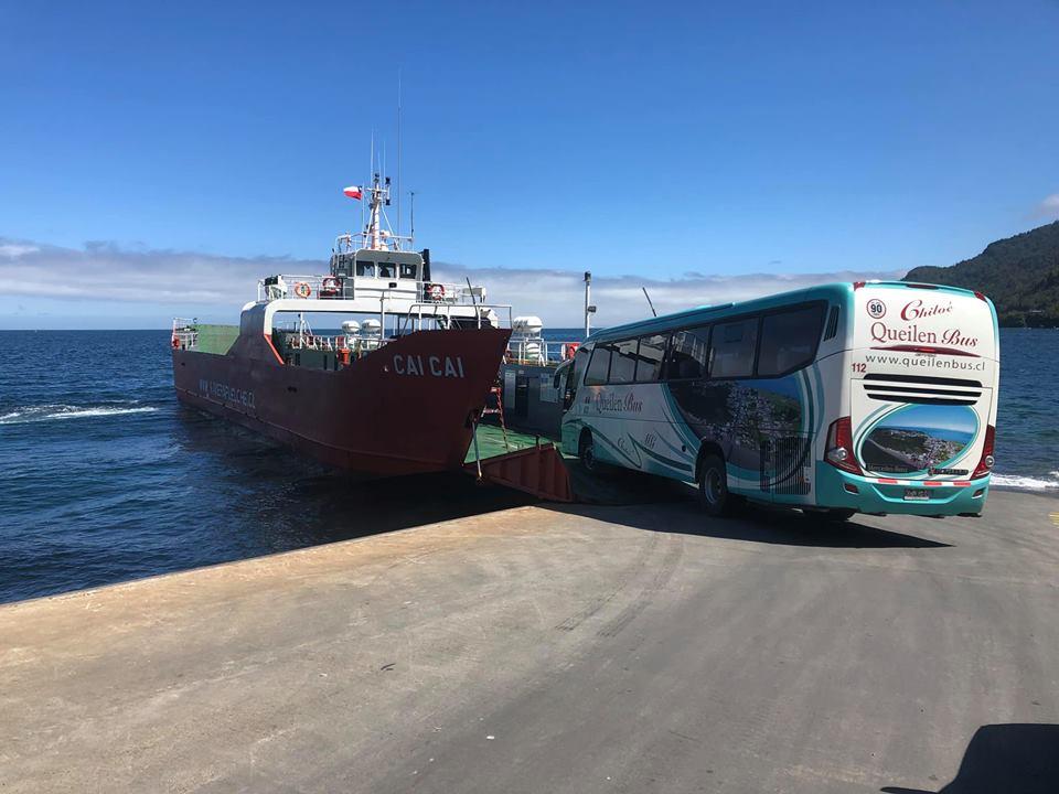 El bus entrando a la embarcación en Caleta La Arena